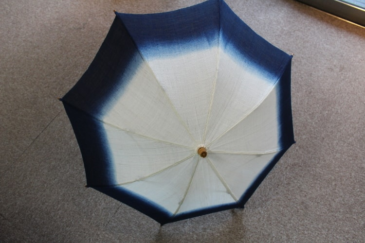 藍染のシンプルな色合いの日傘