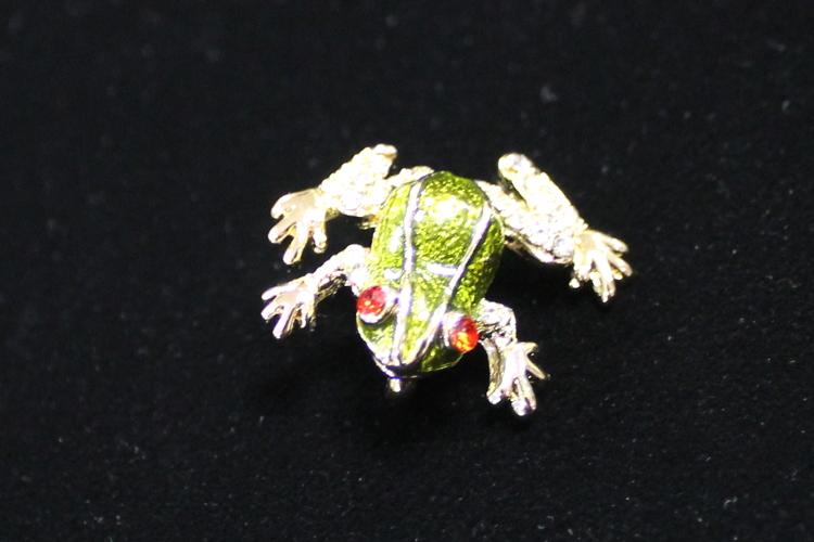 キモノモダンの帯留カエル