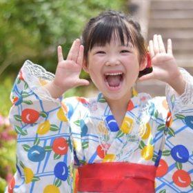 子供用の浴衣を着た女の子