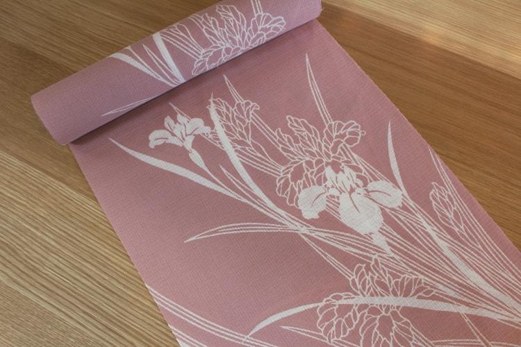 大人ピンクの地色に菖蒲を染めた浴衣